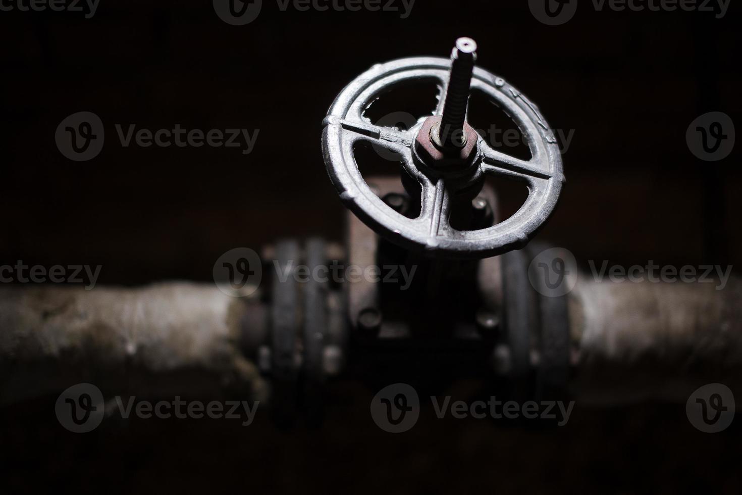 schwarzes Ventil an einem Rohr foto