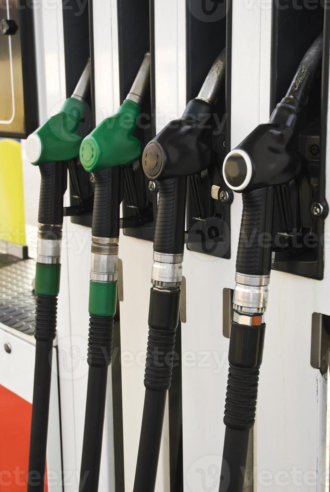 Pumpendüsen an der Tankstelle (selektiver Fokus) foto