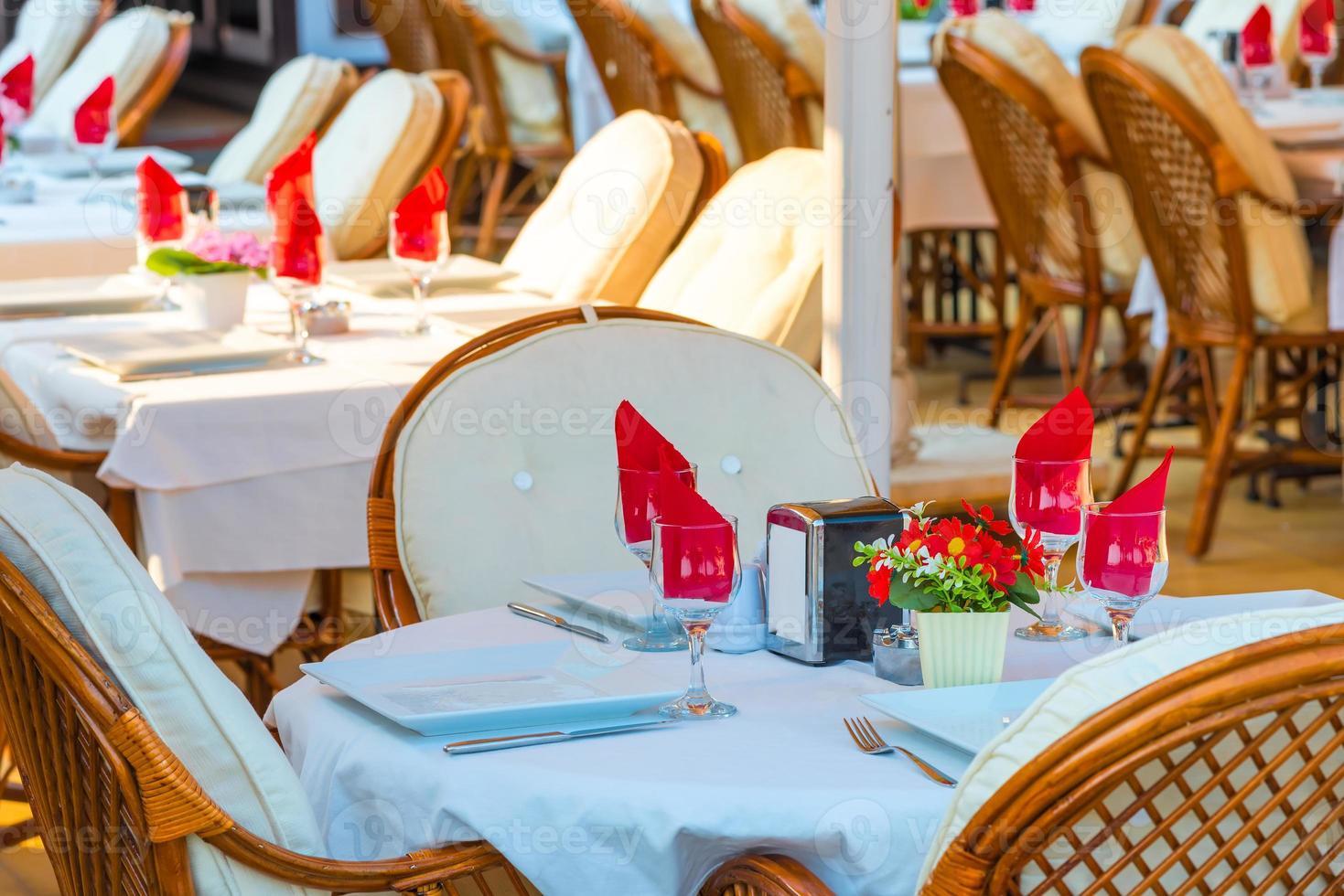 leeres Café mit gedeckten Tischen in einem Feriengebiet foto