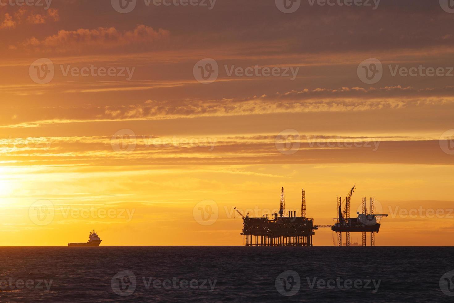 Versorgungsschiff nähert sich Ölplattform foto