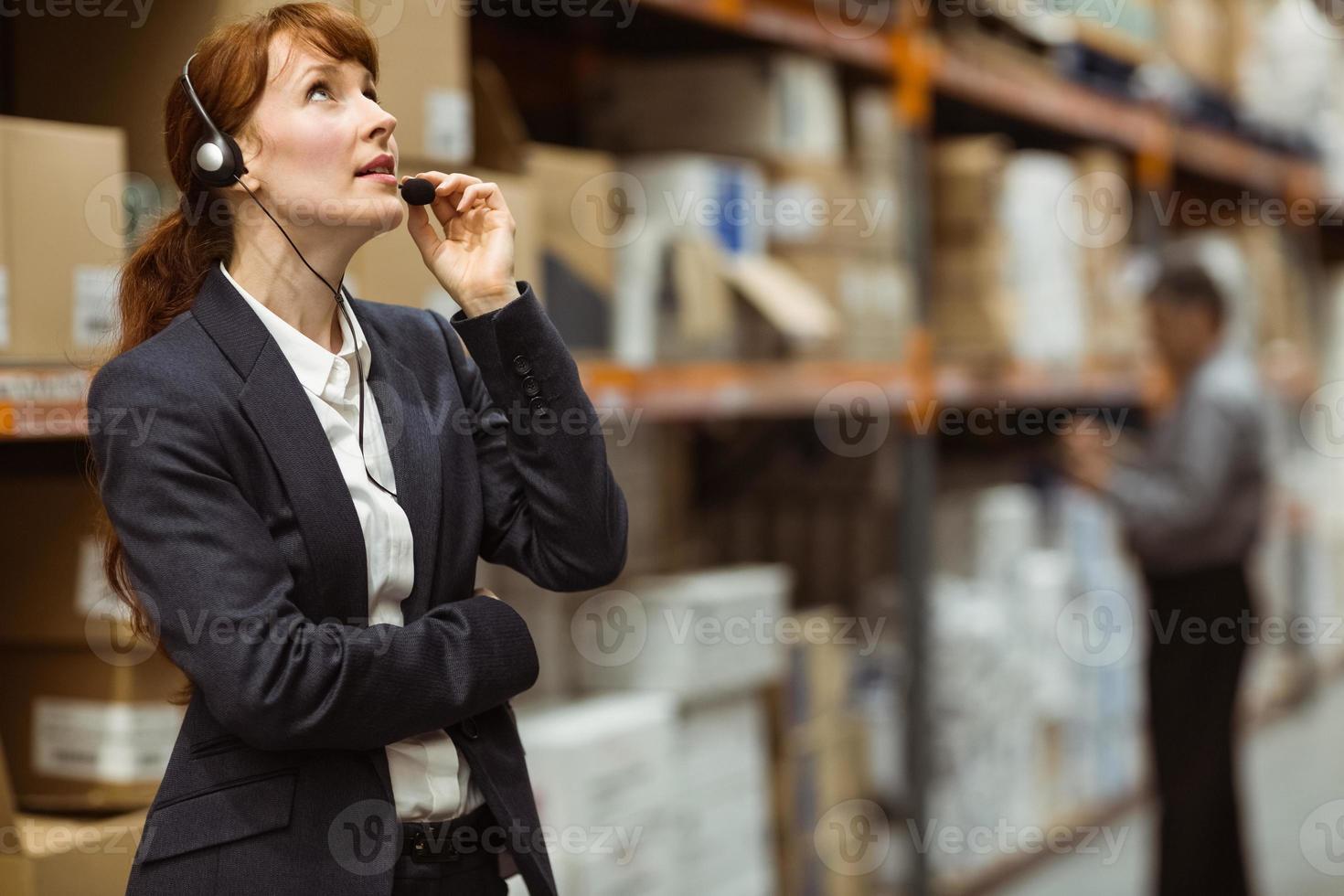 eleganter Manager spricht in ein Headset foto