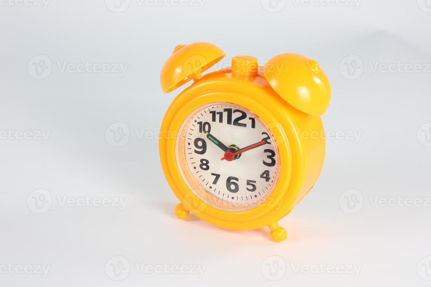 Uhr gelb auf weißem Hintergrund foto