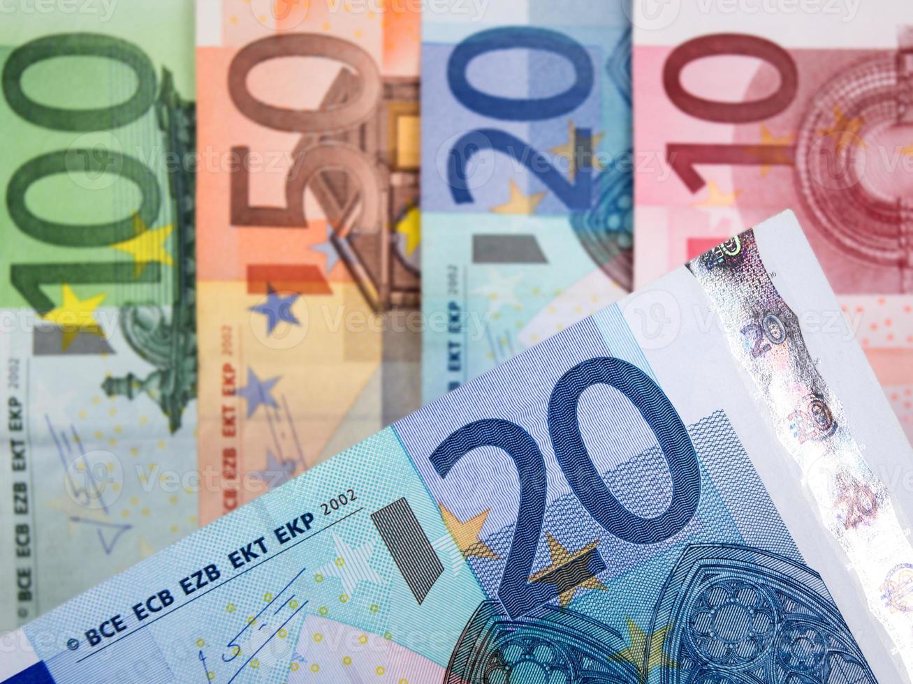 Nahaufnahme von Euro-Banknoten mit 20 Euro im Fokus foto