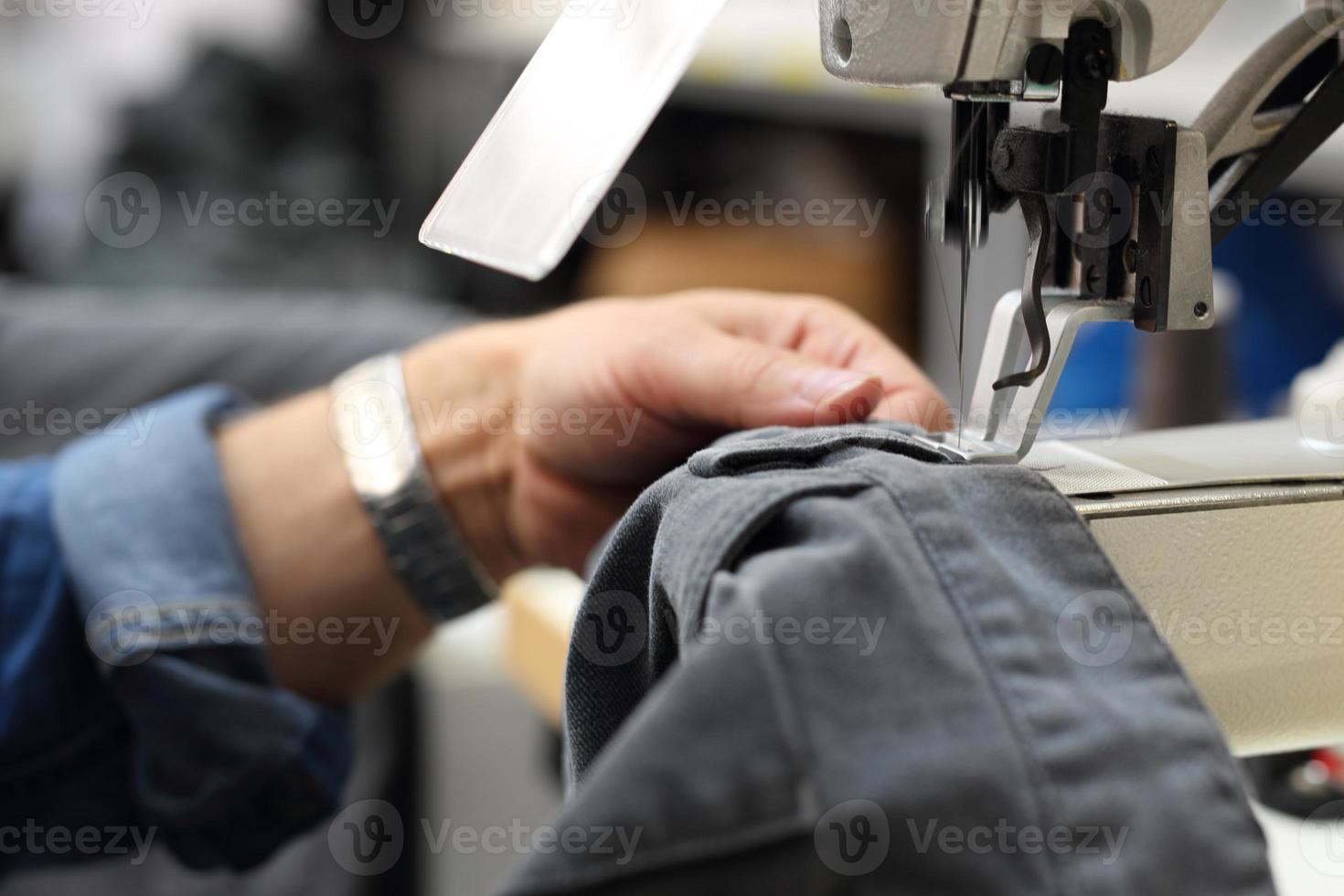 an einer Maschine nähen. foto