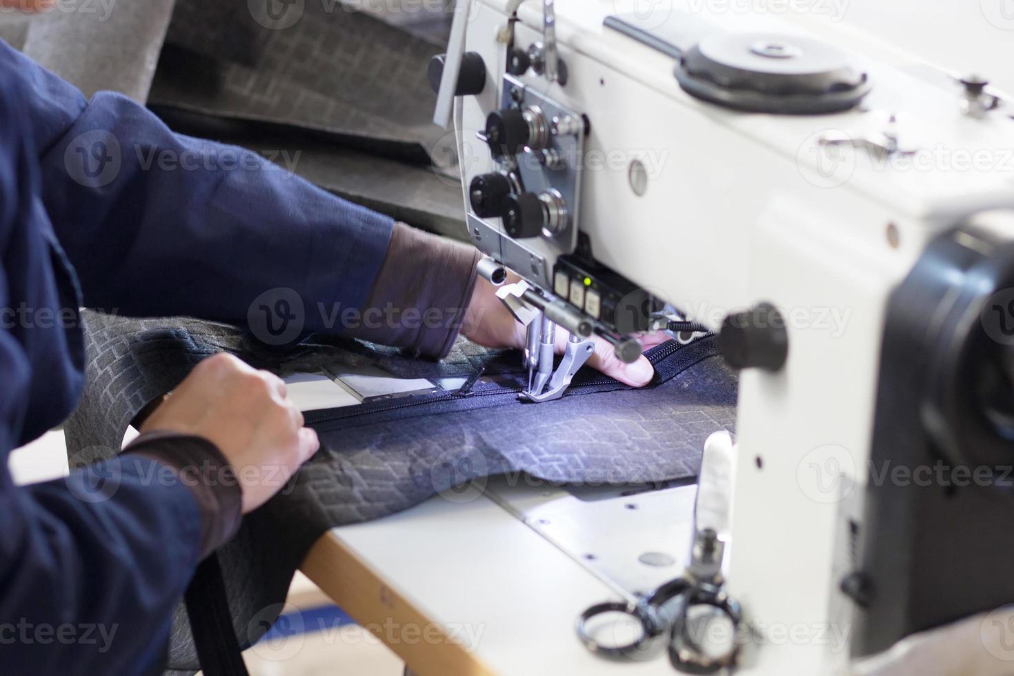 Arbeiter an der Nähmaschine foto