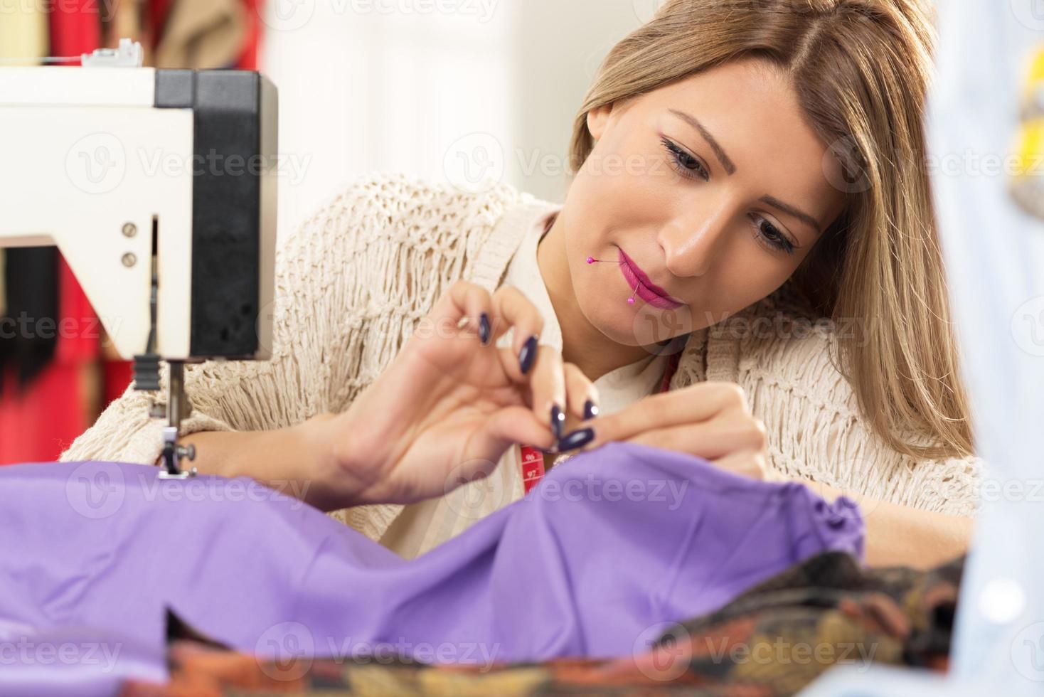 junger und schöner Modedesigner foto