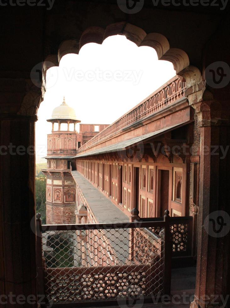 Blick durch das dekorative Sandsteinfenster eines indischen Palastes foto