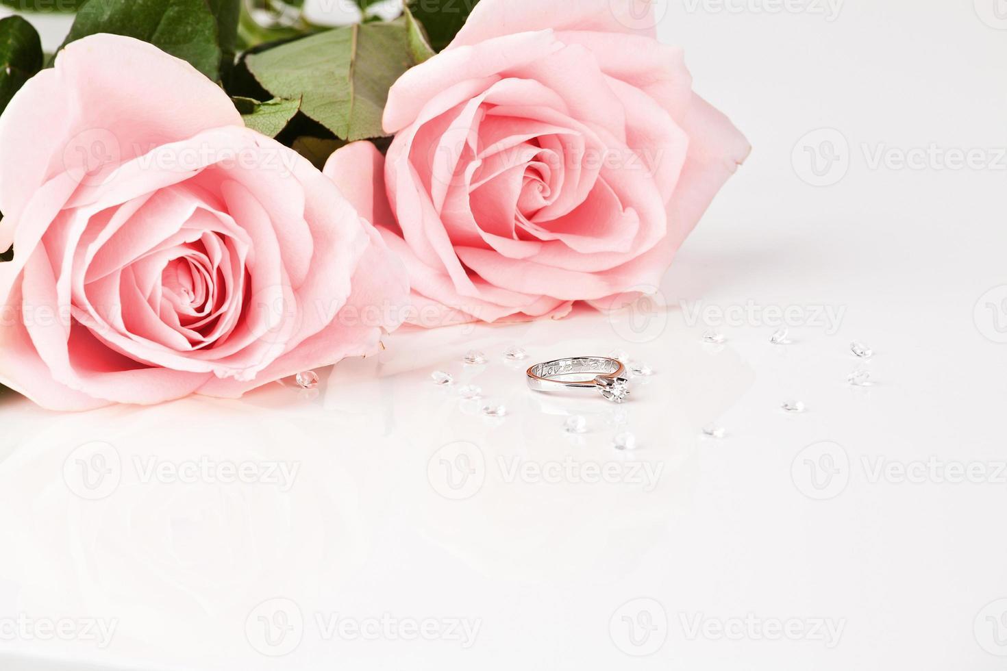 schöner Diamantring mit rosa Rosen foto