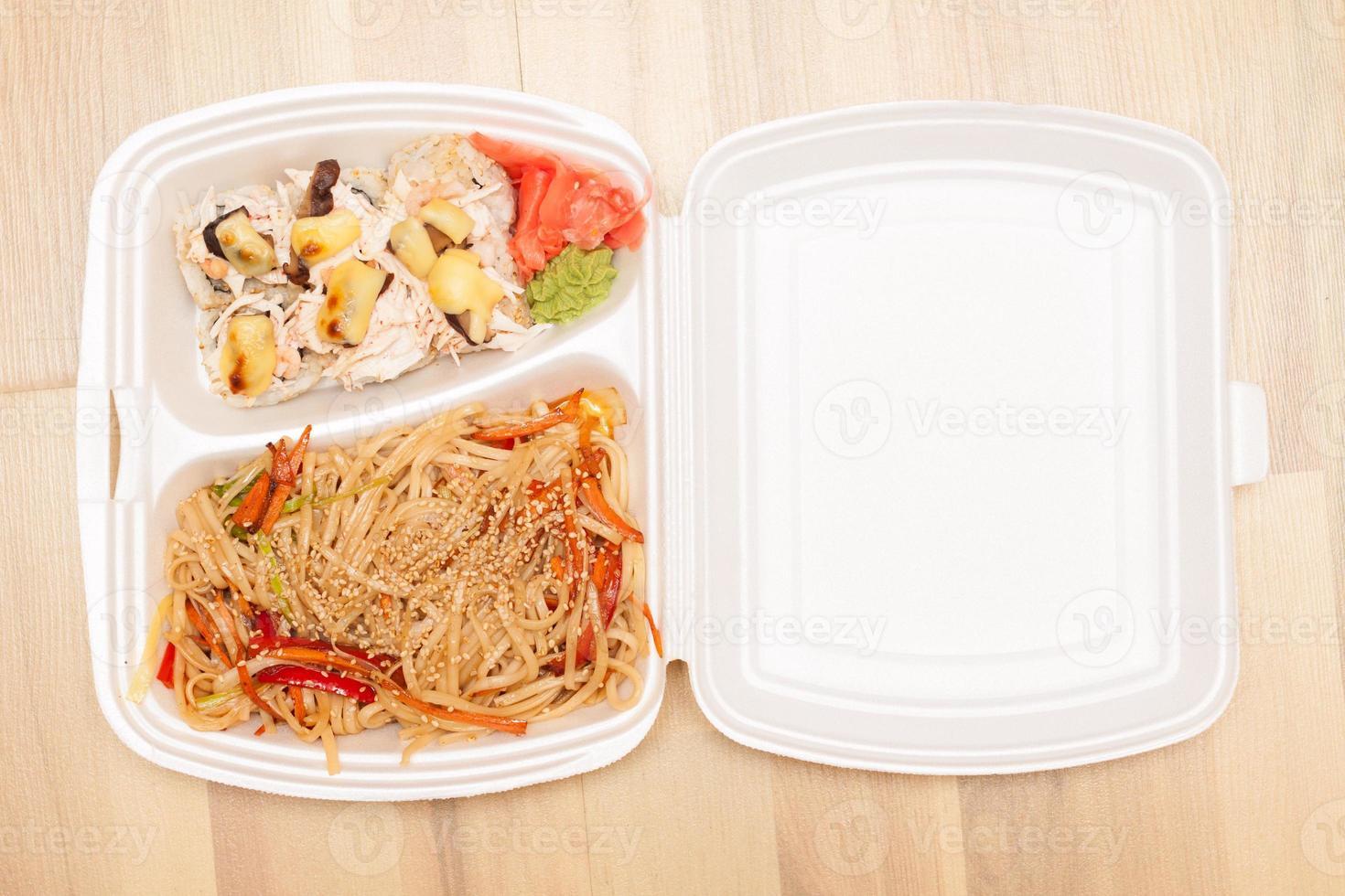 chinesische Nudeln und japanische Brötchen im Karton foto