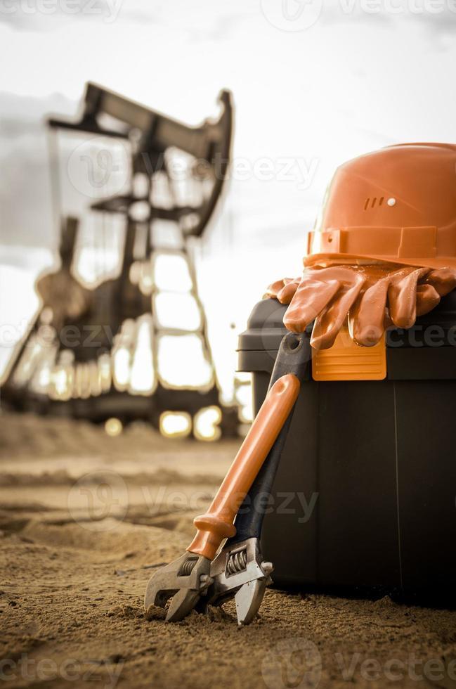 Schraubenschlüssel, Helm, Handschuh. foto