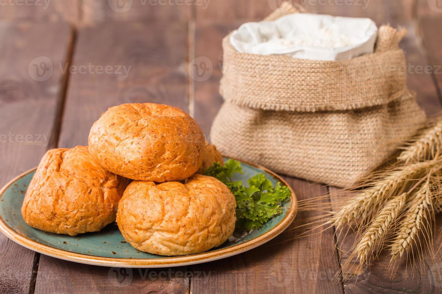 Brötchen auf dem Teller und Roggenspitzen und Mehl foto