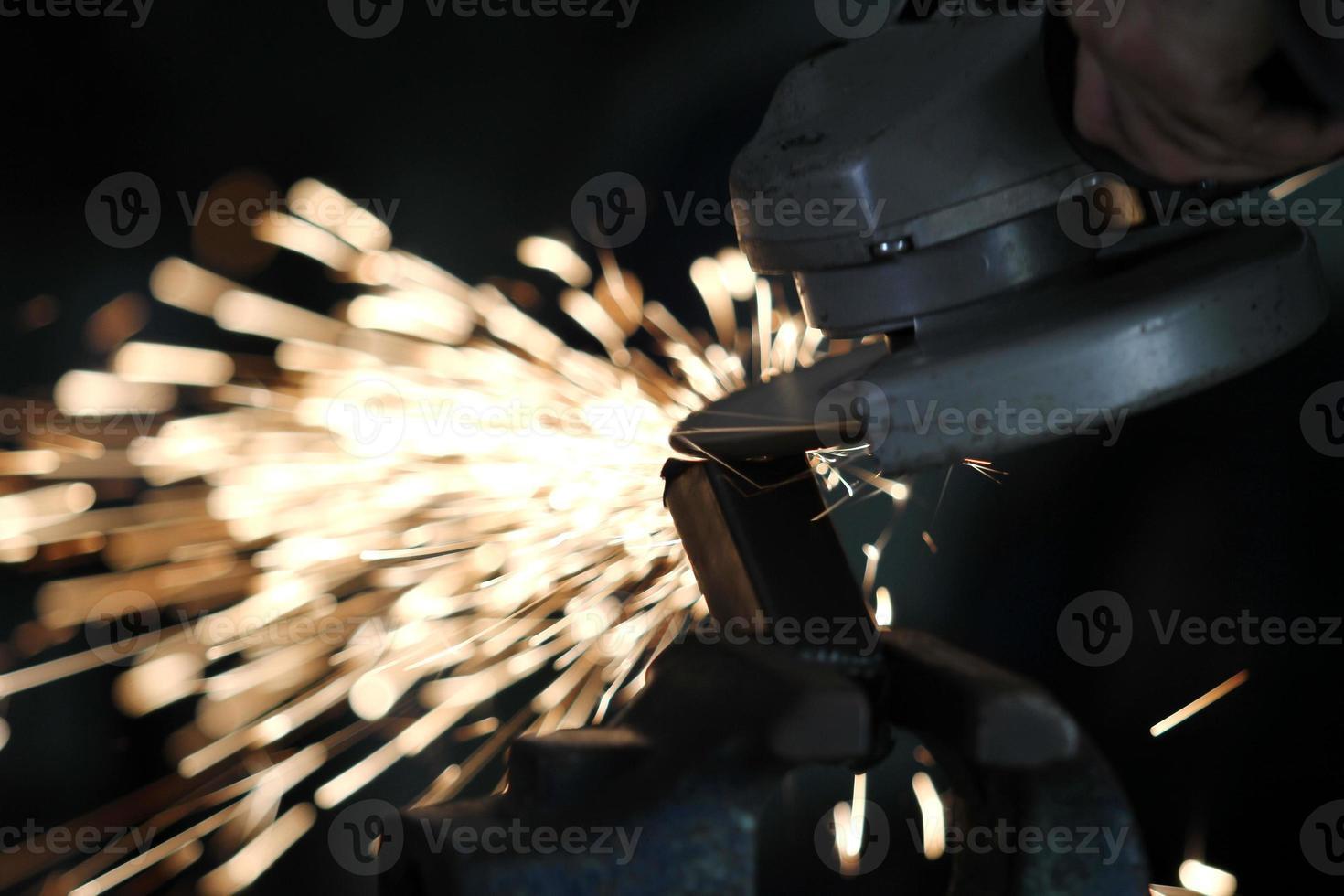 Elektroscheibenschleifen auf Stahlkonstruktion foto