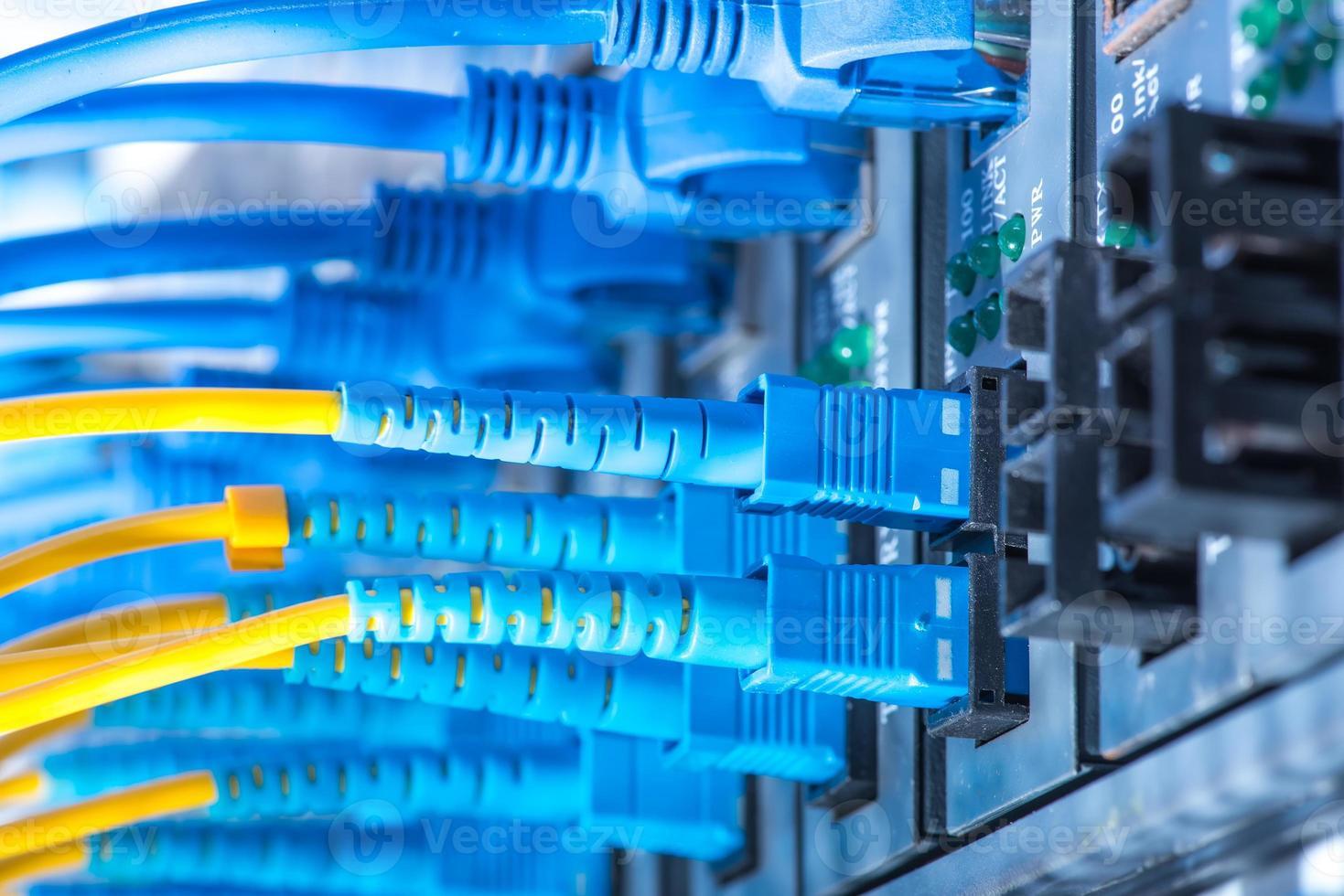 Glasfaserkabel und Utp-Netzwerkkabel foto