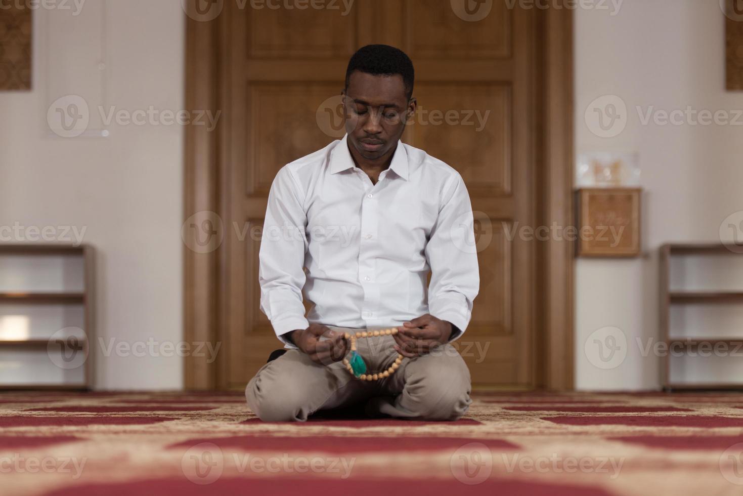 afrikanischer Muslim, der in der Moschee betet foto