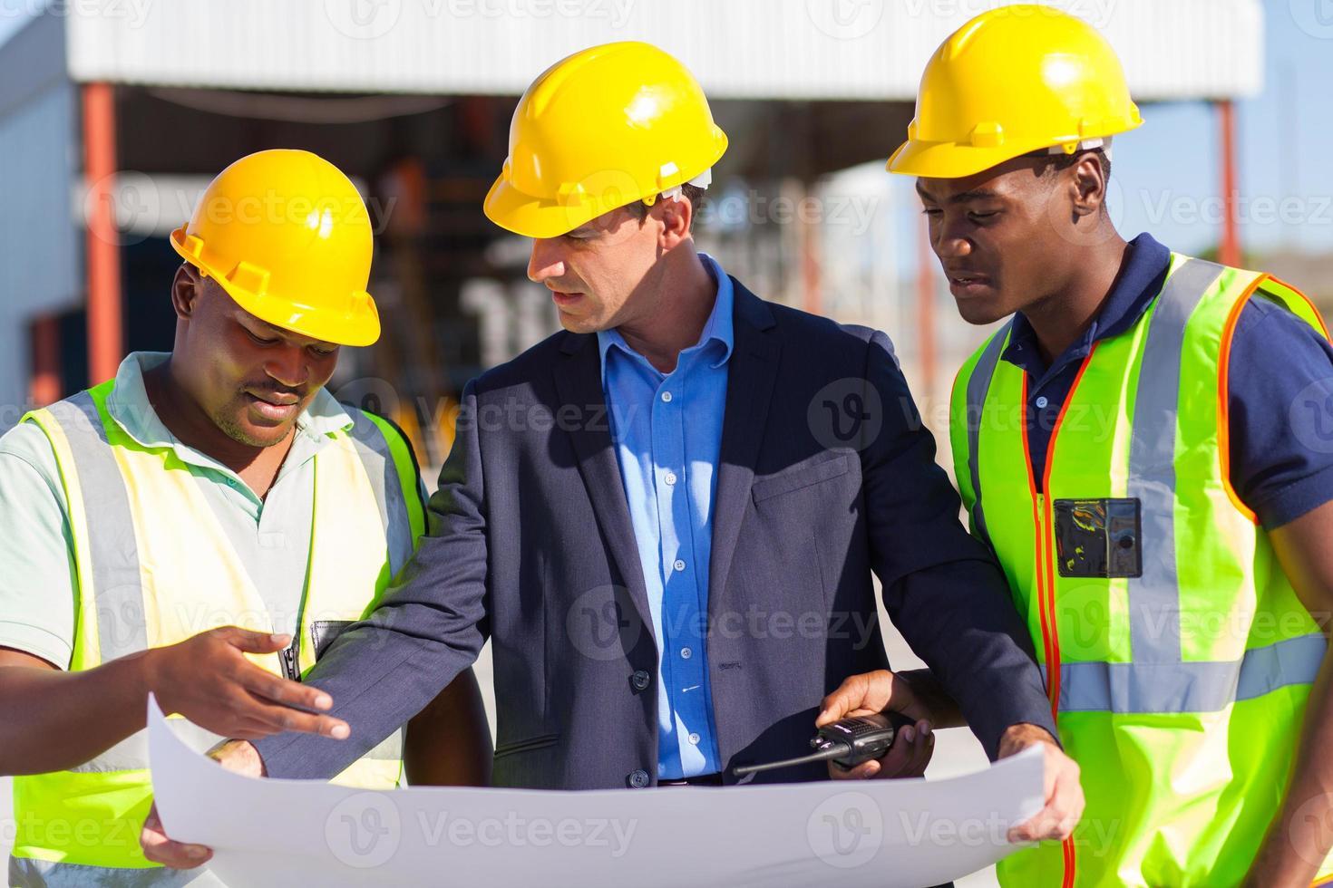 Architekt und Bauarbeiter vor Ort foto