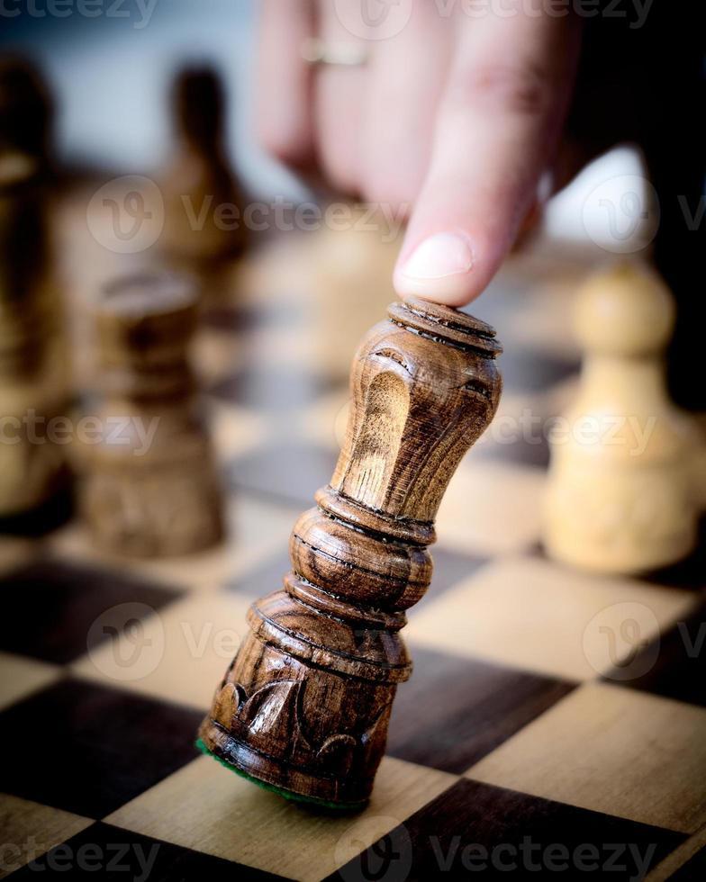 König Schachfigur fällt foto
