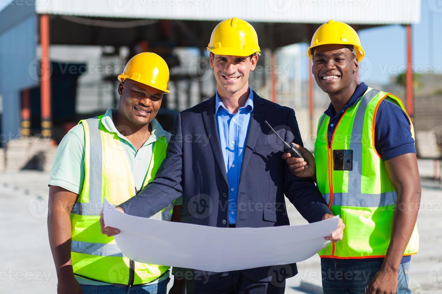 Architektenteam auf der Baustelle foto