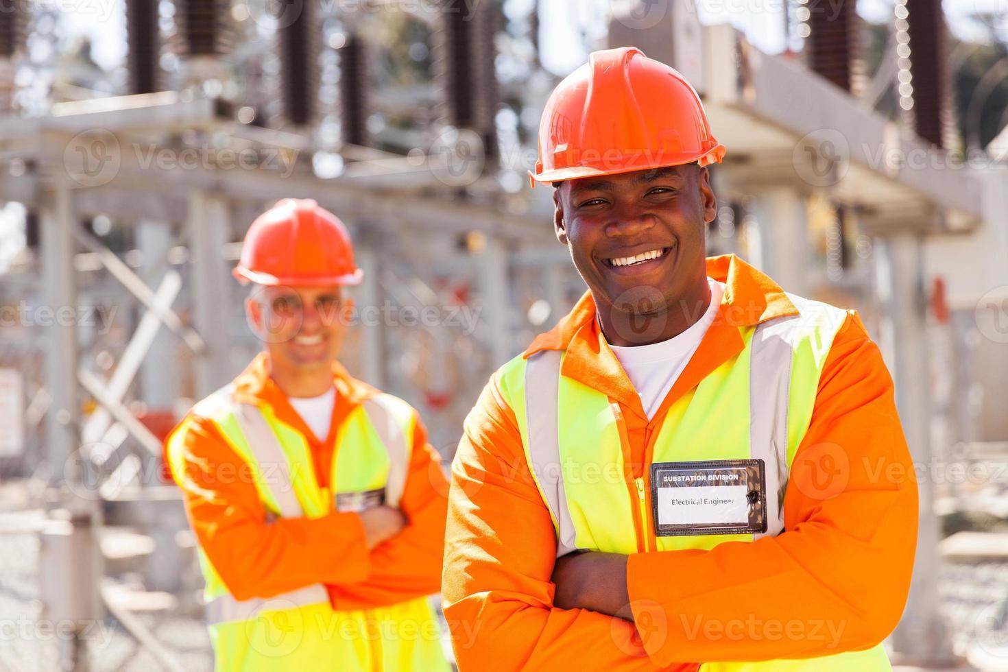 junger afroamerikanischer Elektrotechniker im Umspannwerk foto
