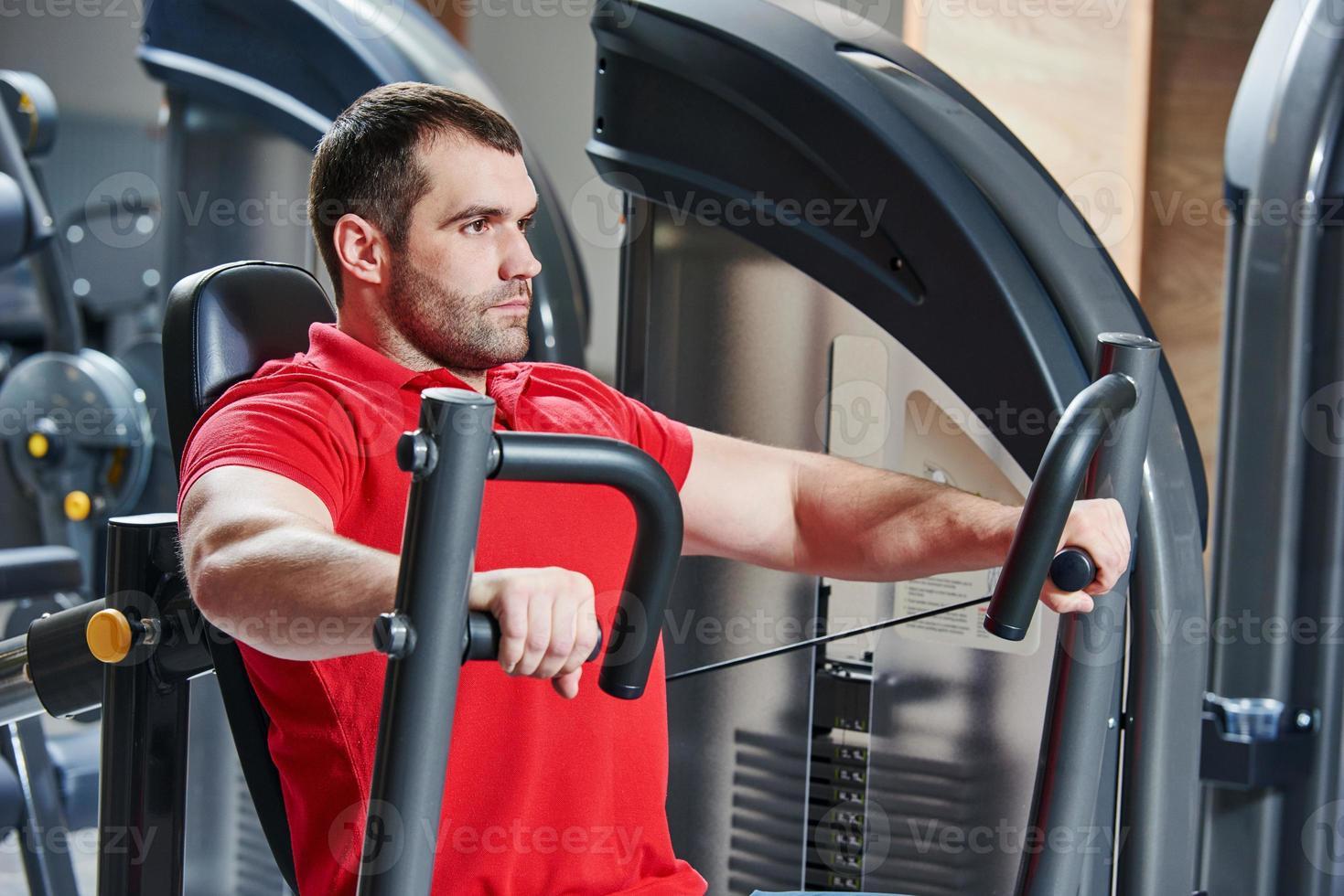 Mann im Fitnessstudio trainieren foto