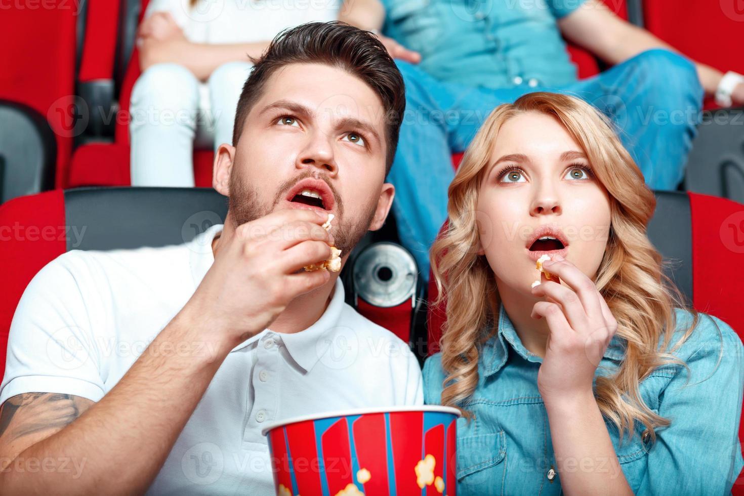 interessiertes Paar im Kino foto