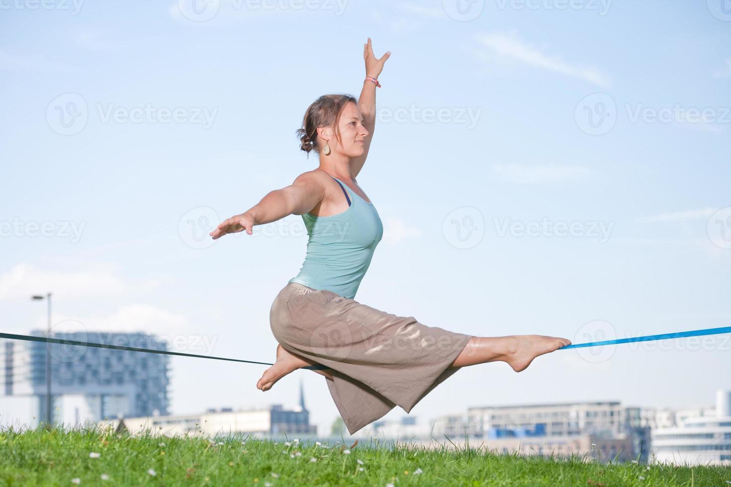 Slackline-Serie - junge Frau im Park foto