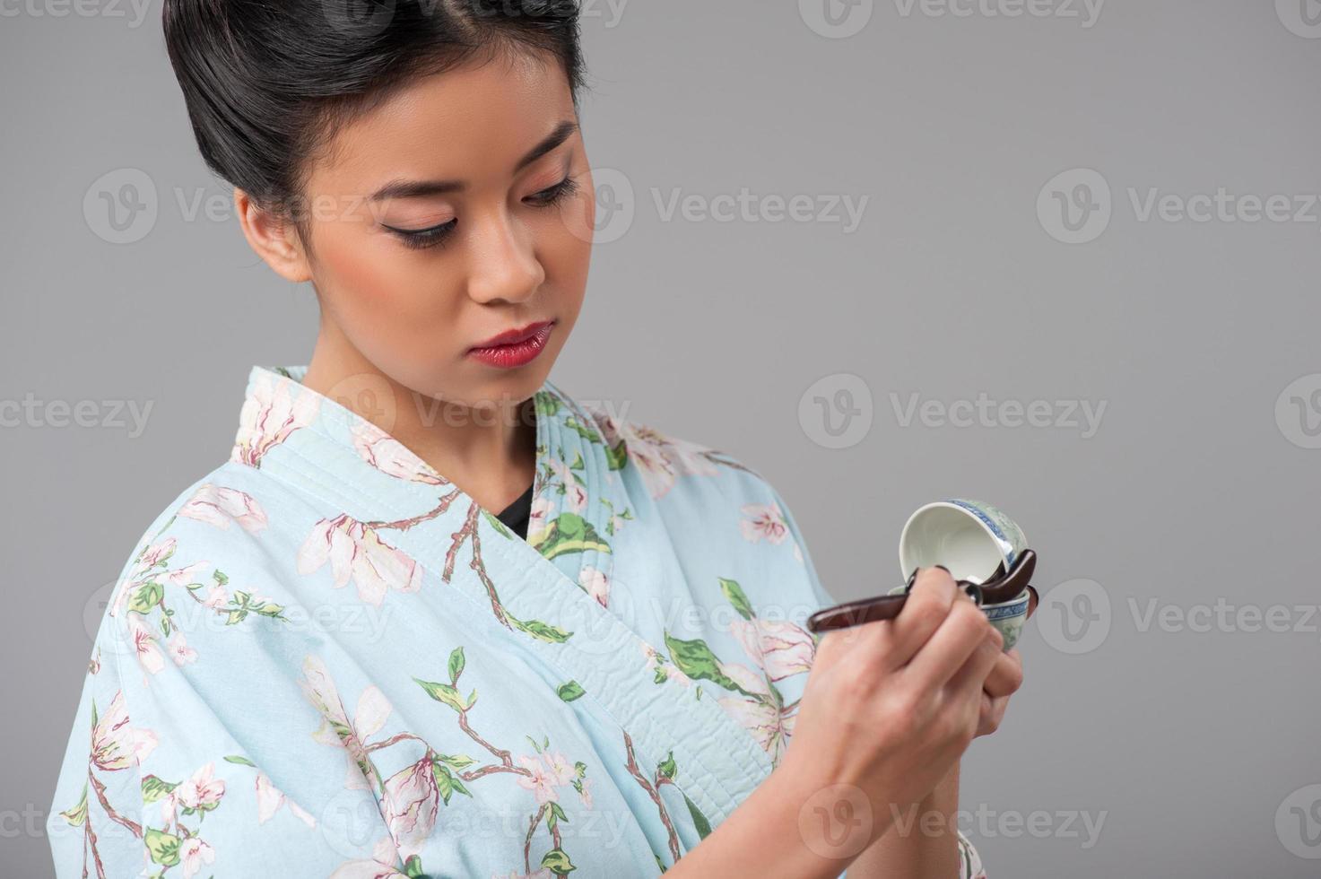 japanische Frau, die Teezeremonie vorbereitet foto