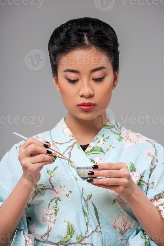 asiatische Frau, die Teezeremonie vorbereitet foto
