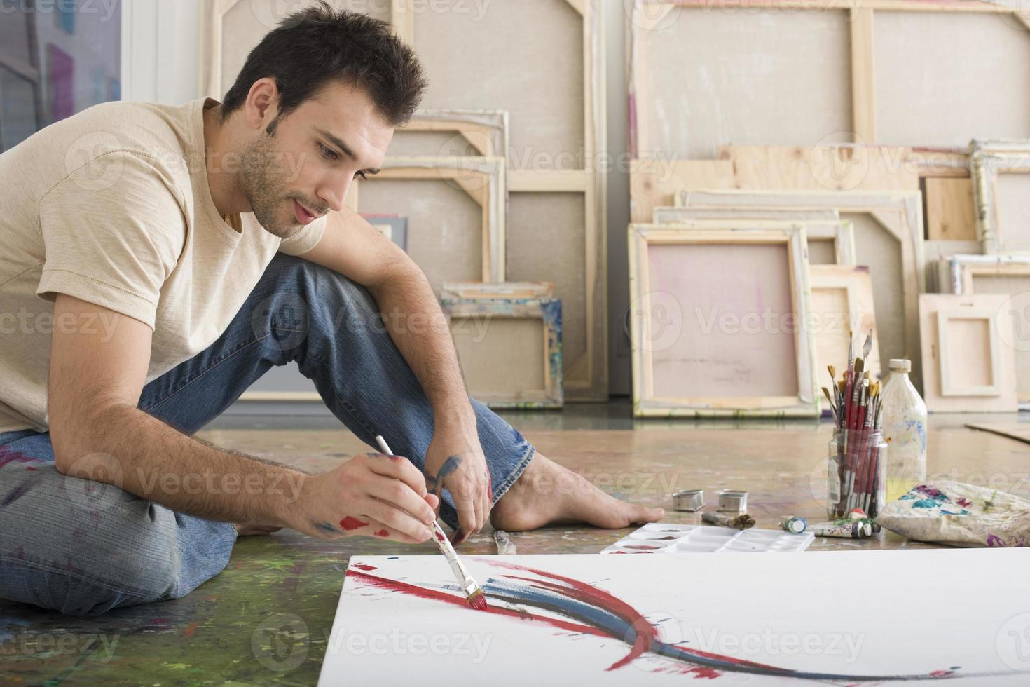 Mann malt auf Leinwand foto