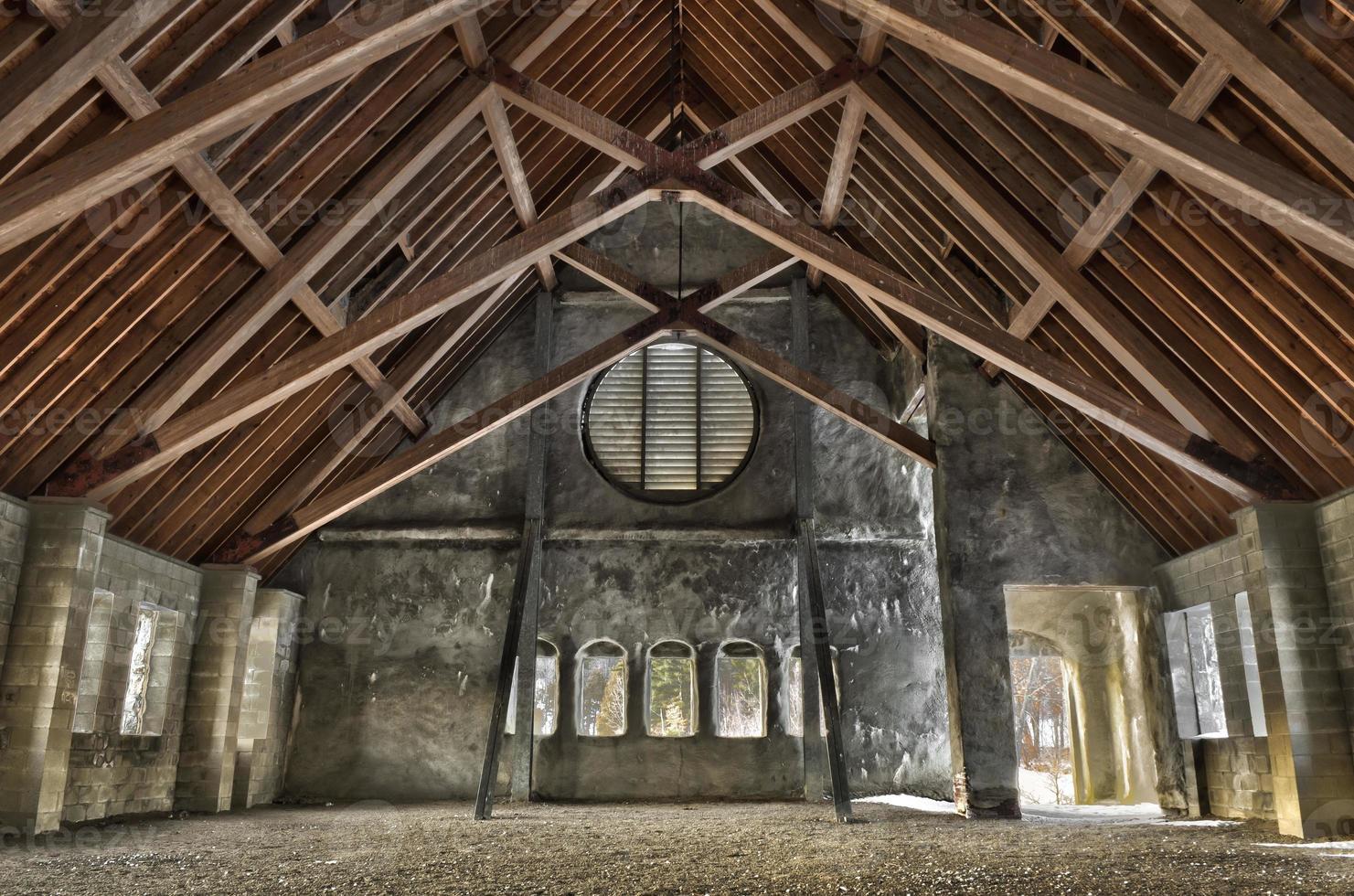 Innenraum der alten Steinkirche foto