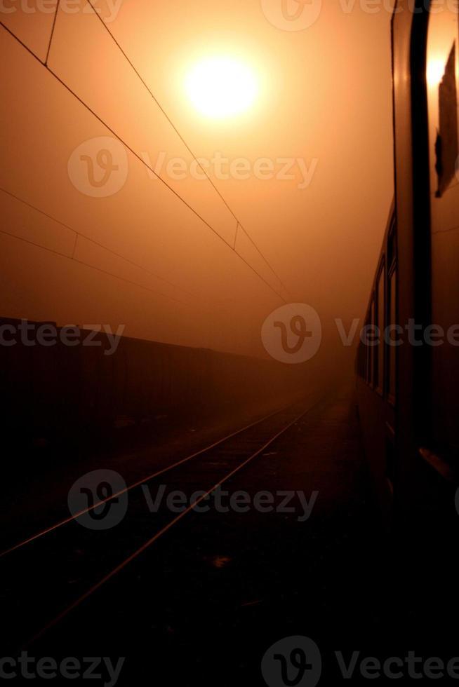 neblige Nacht von einem Zug an der serbischen Grenze foto