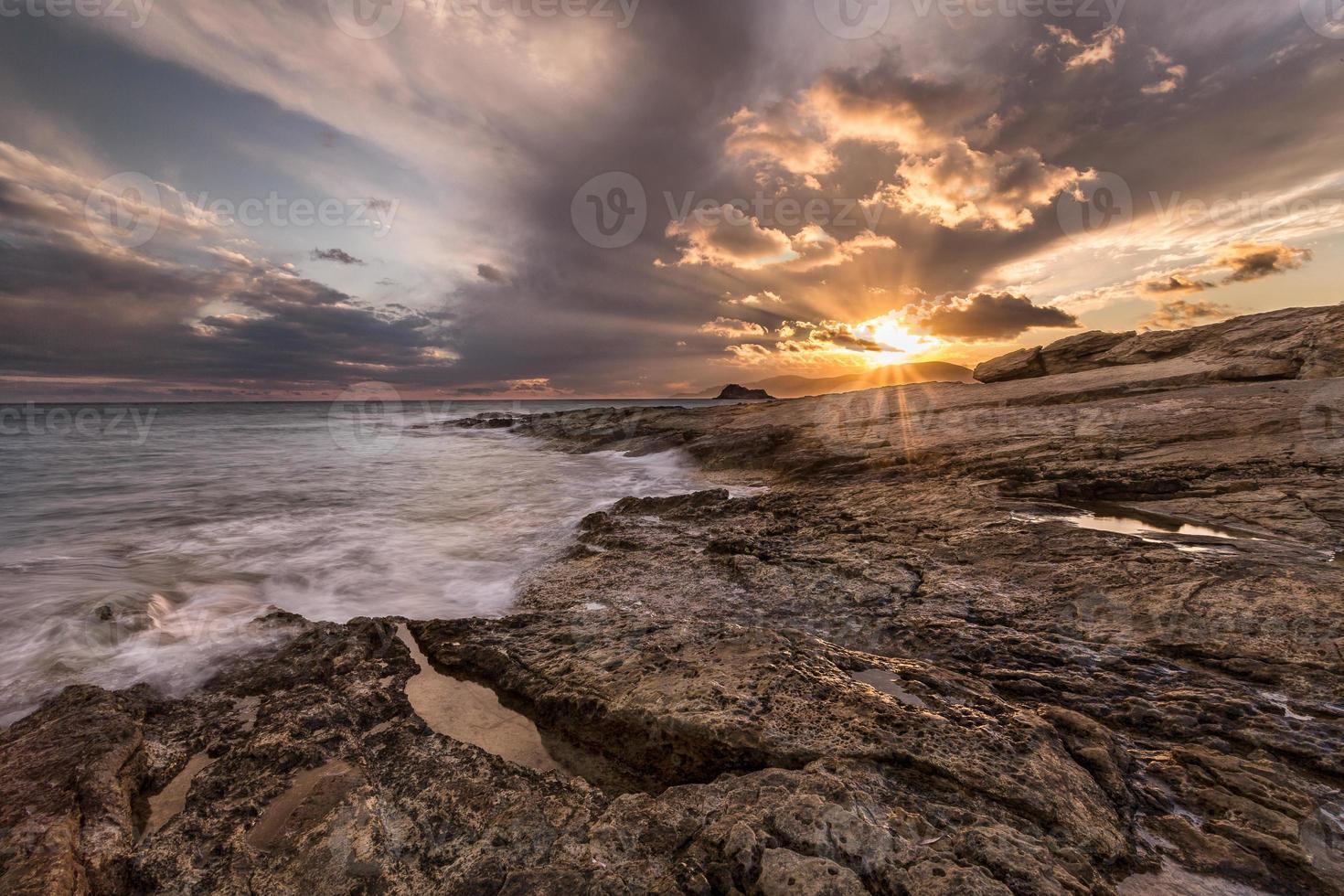 Sonnenuntergang auf den Felsen der Karpathosinsel. foto