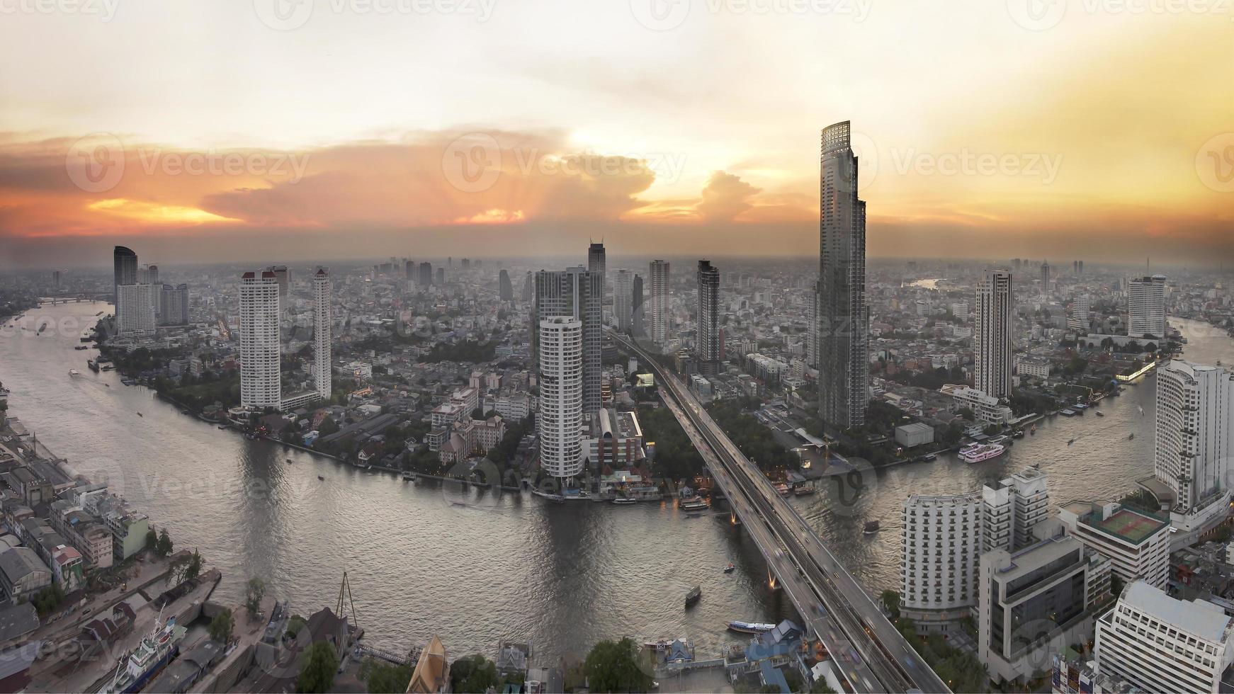 Luftaufnahme des Bangkok-Abends auf den Wolkenkratzern in der Innenstadt. foto