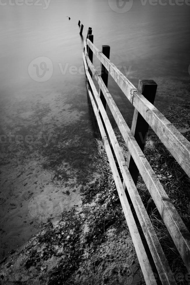 das Ende eines Zauns am Rivington Reservoir. foto