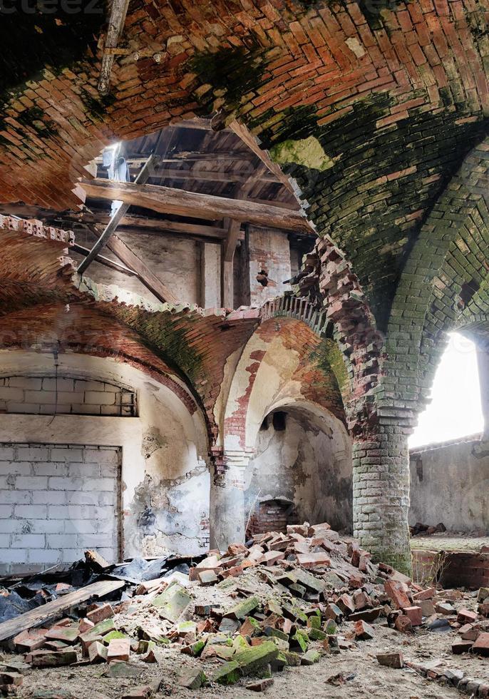 verlassener mittelalterlicher Kirchenkeller foto