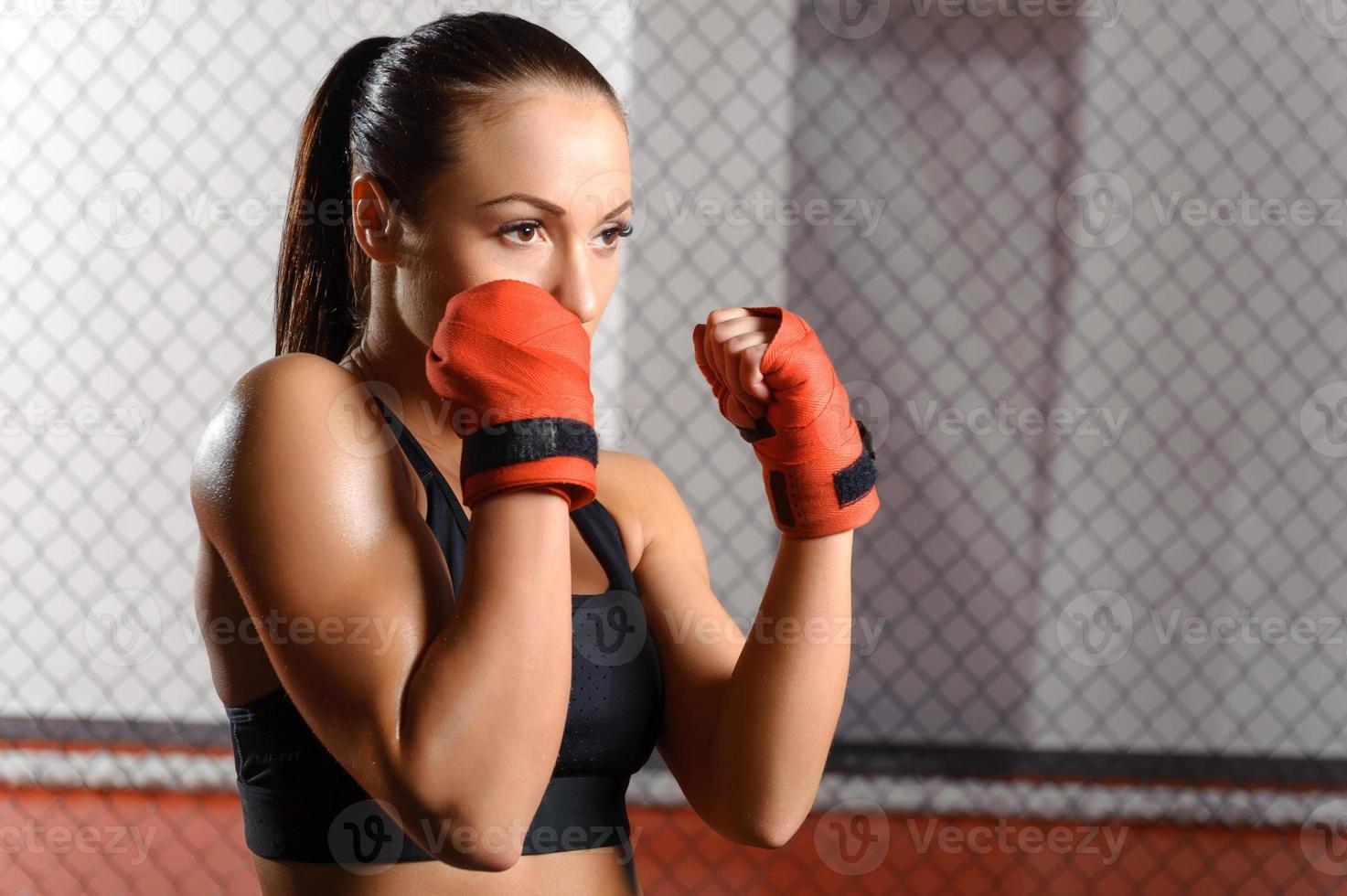 Mädchen kämpft in einem Ring foto