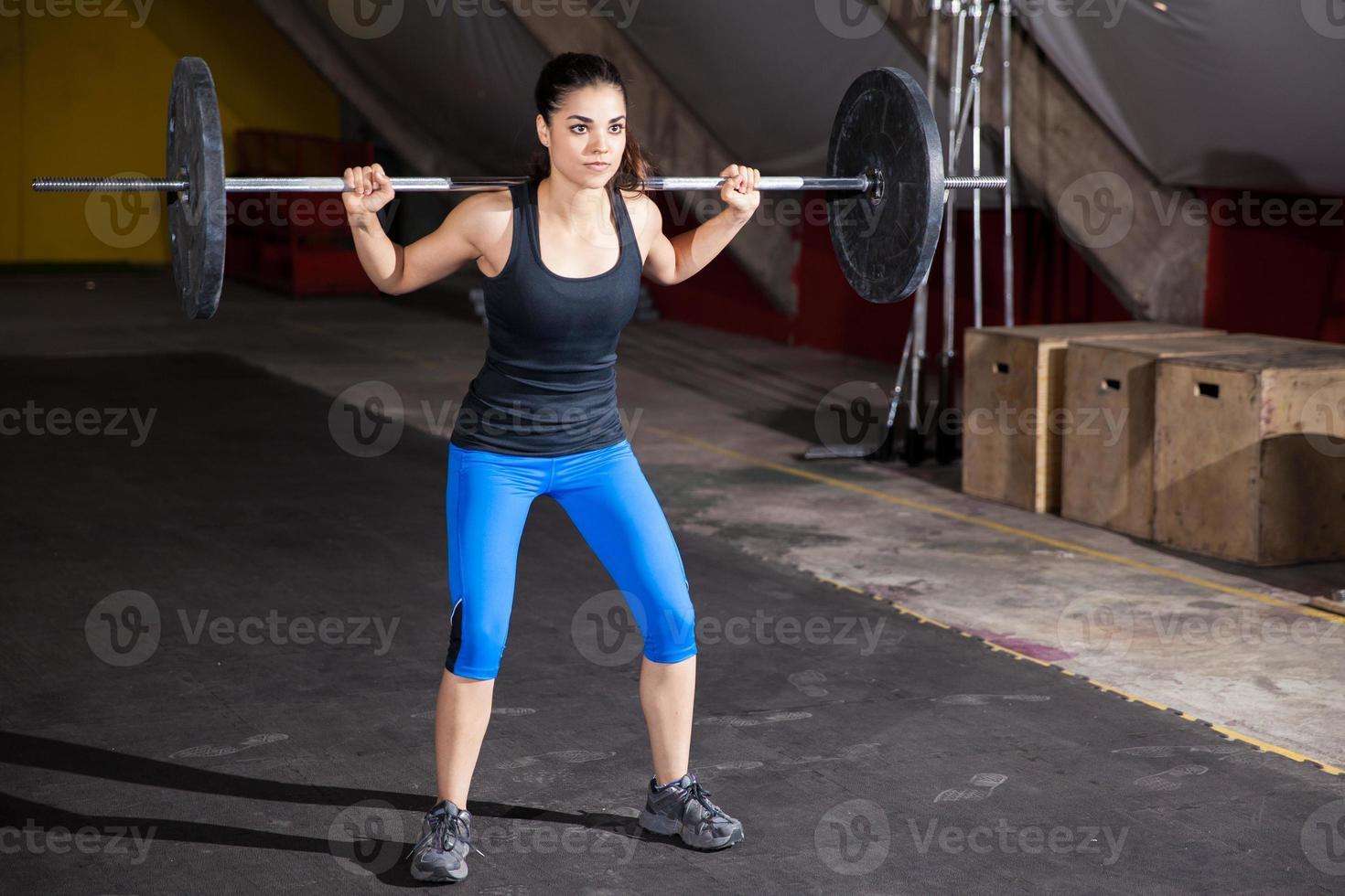 Kniebeugen in einem Fitnessstudio foto