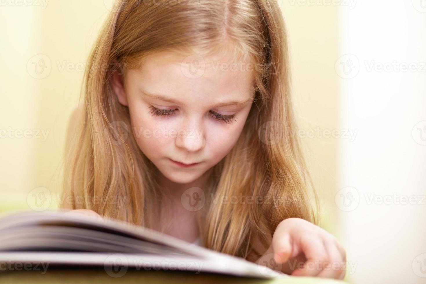 kleines Mädchen liest foto