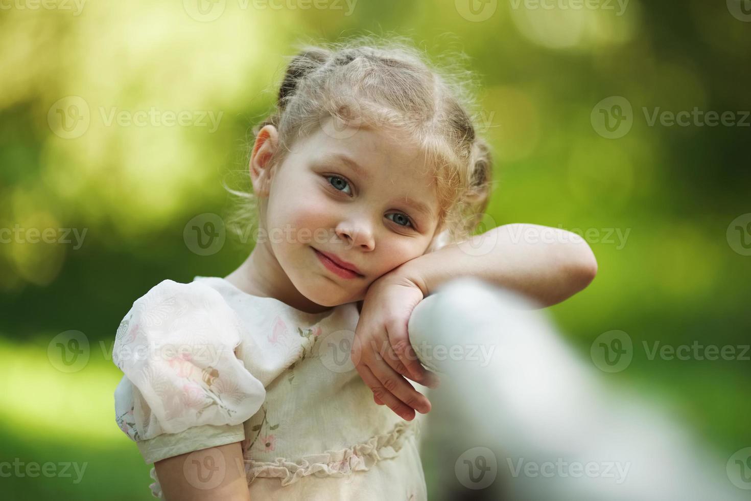 kleines trauriges Mädchen, das an etwas denkt foto