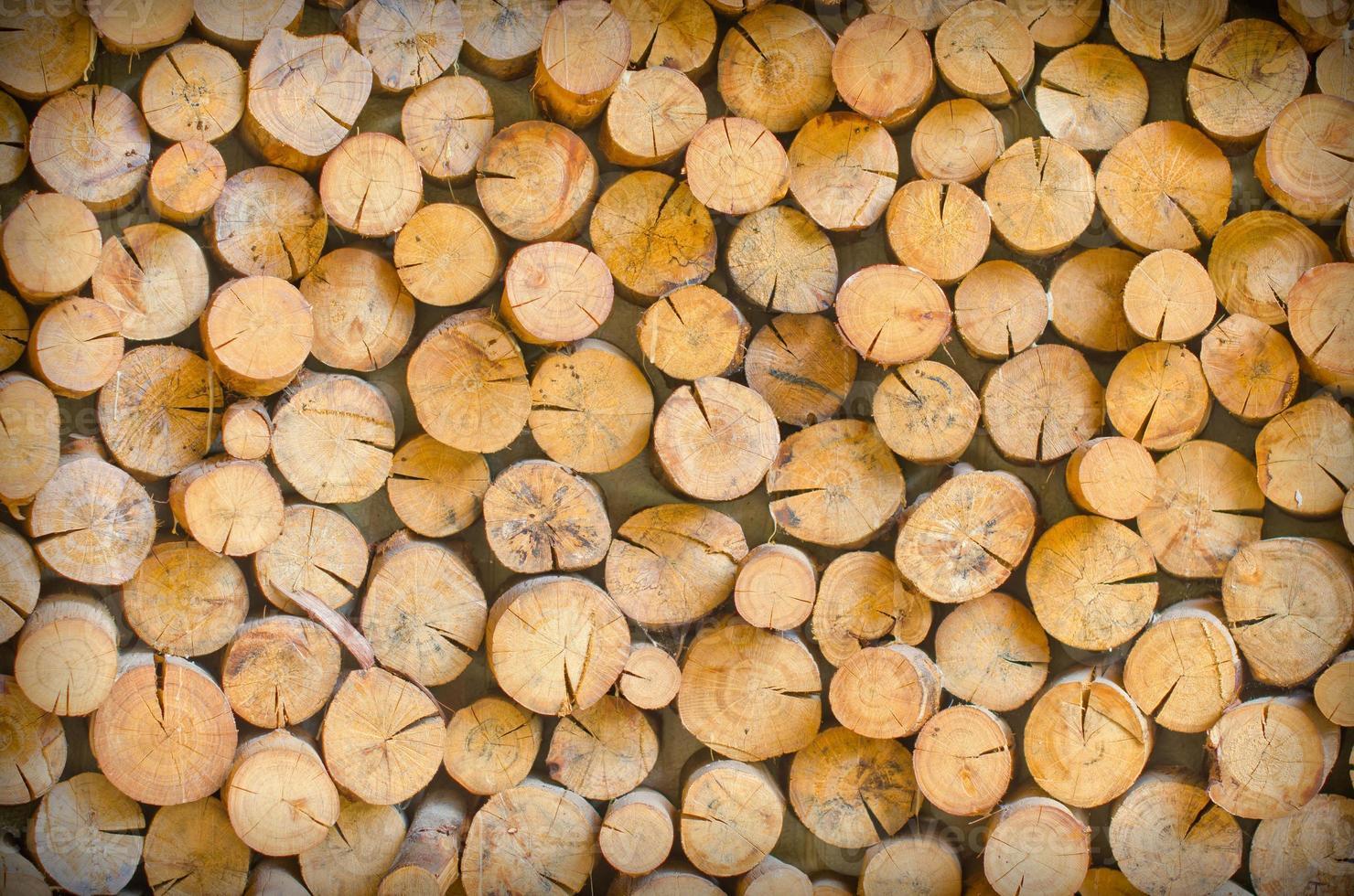 Das Schneiden von Holz ist so angeordnet, dass es die natürliche Wand ist foto
