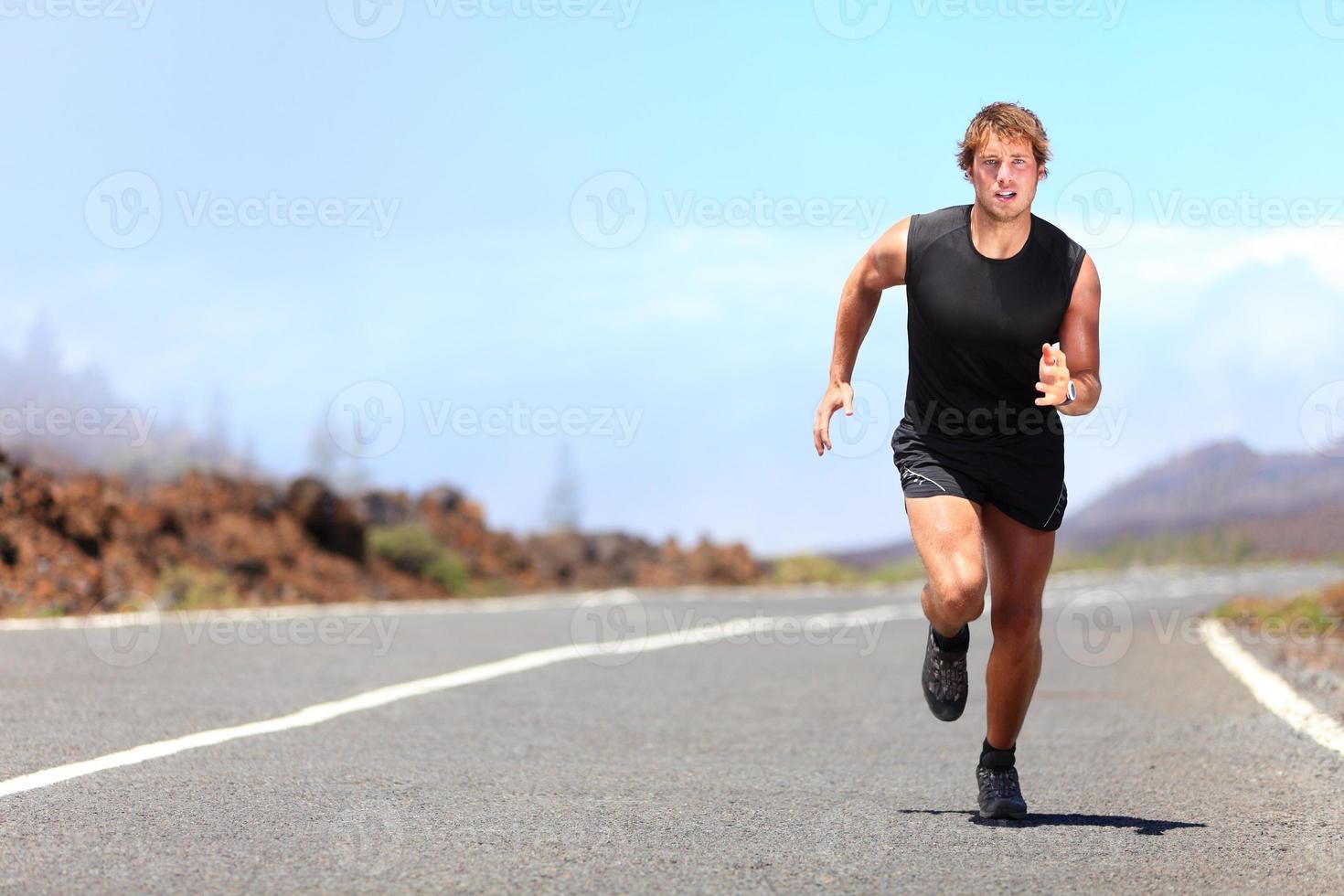 Mann läuft / sprintet auf der Straße foto