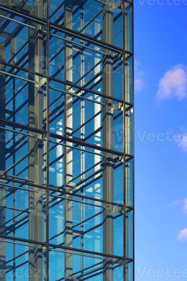 moderne Gebäudeglasfassade gegen Himmel foto