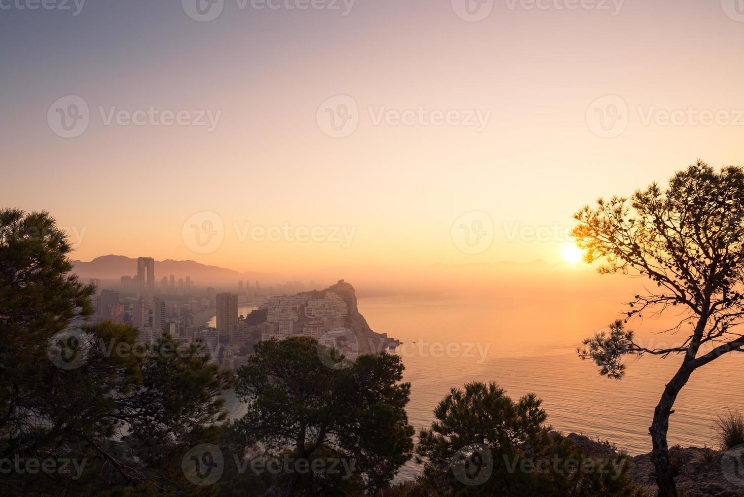 nebliger Sonnenaufgang foto