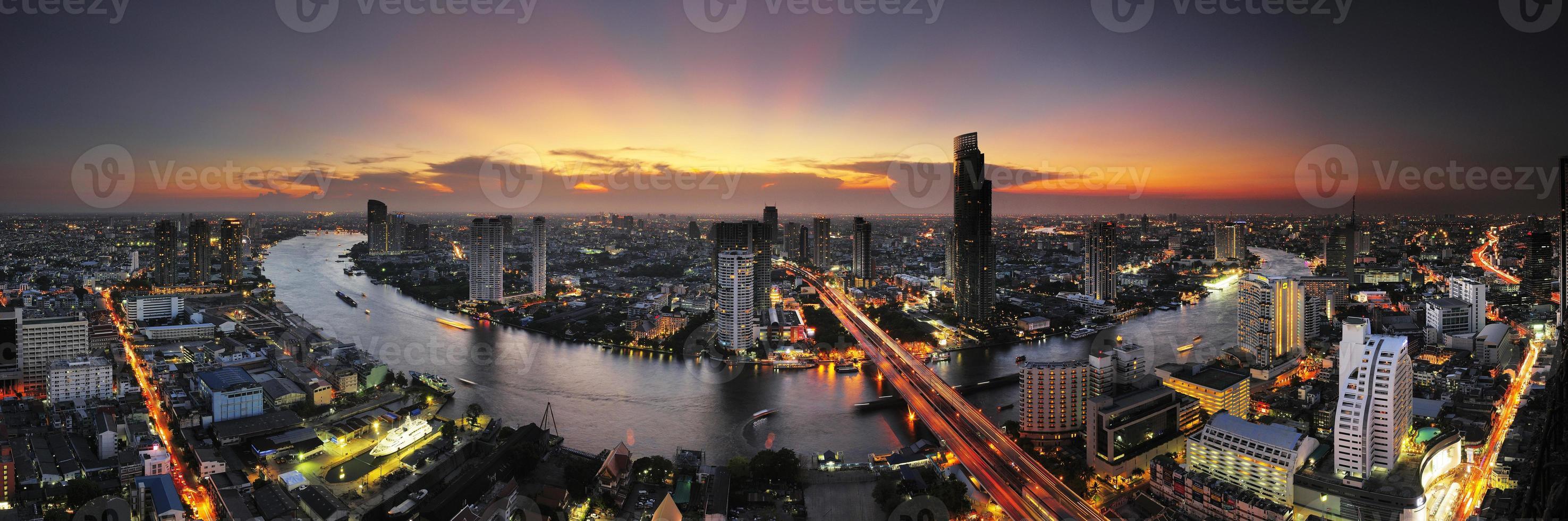 Panoramablick auf Bangkok, Thailand in der Abenddämmerung. foto