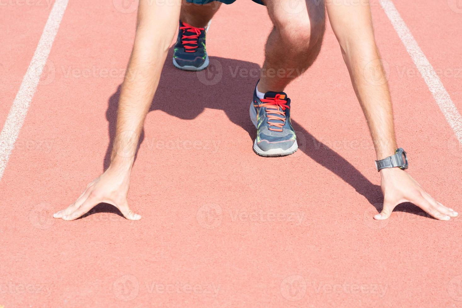 Mann macht sich bereit zu rennen. foto