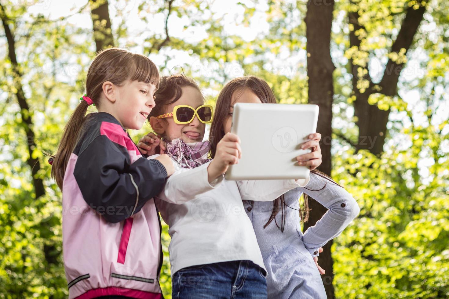 Foto von drei Mädchen, die Selfie im Park nehmen