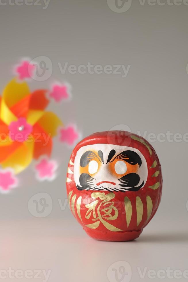 japanische Daruma Puppe und Windrad foto