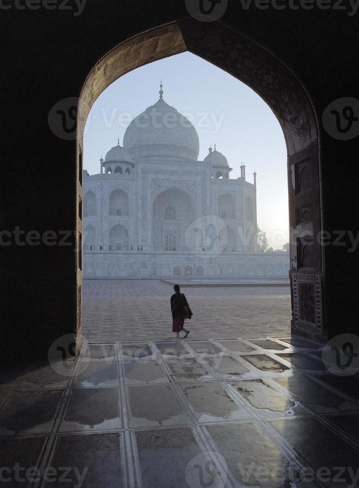 Taj Mahal durch einen Bogen gesehen foto
