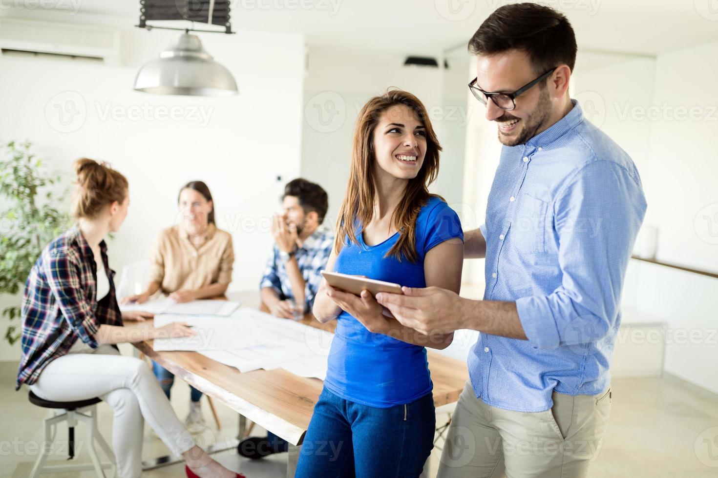 Bild von Geschäftspartnern, die Dokumente und Ideen diskutieren foto
