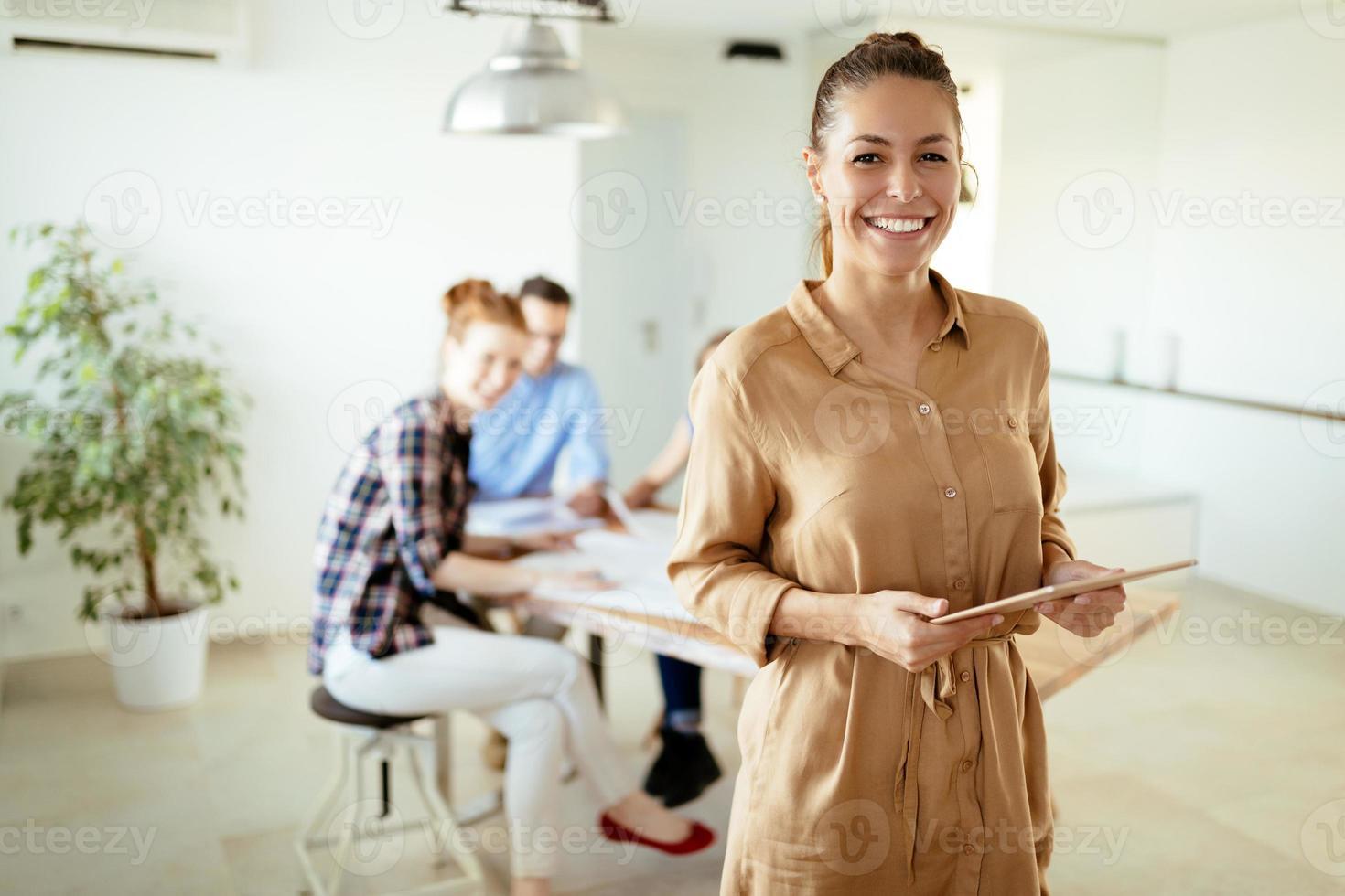 Bild der Geschäftsfrau, die Tablette betrachtet foto