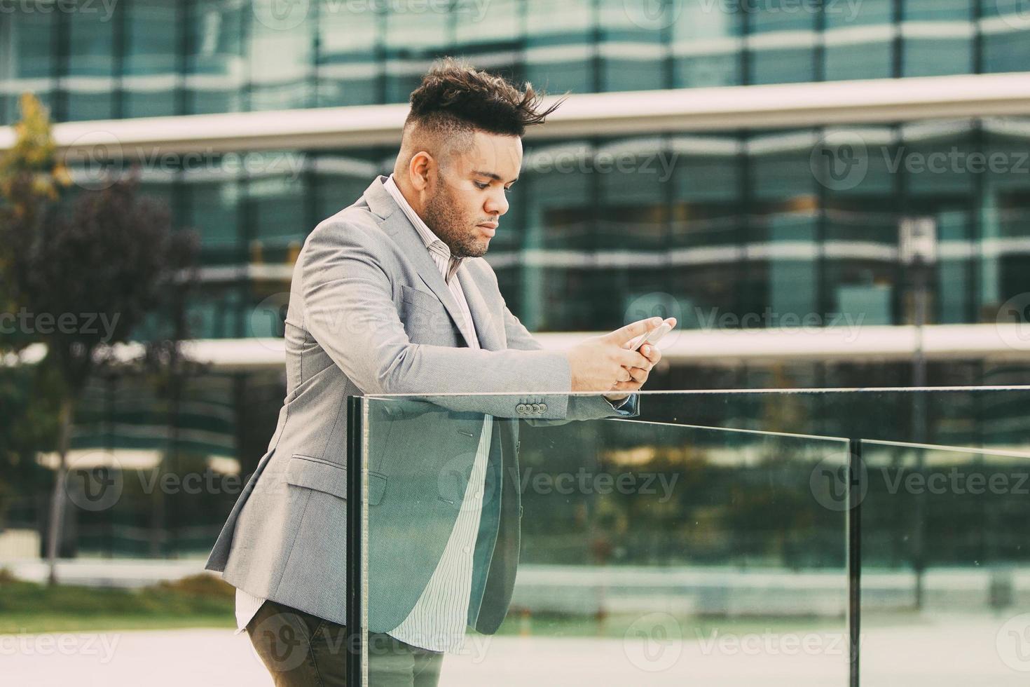 ernsthafter männlicher Manager, der auf Smartphone notiert foto